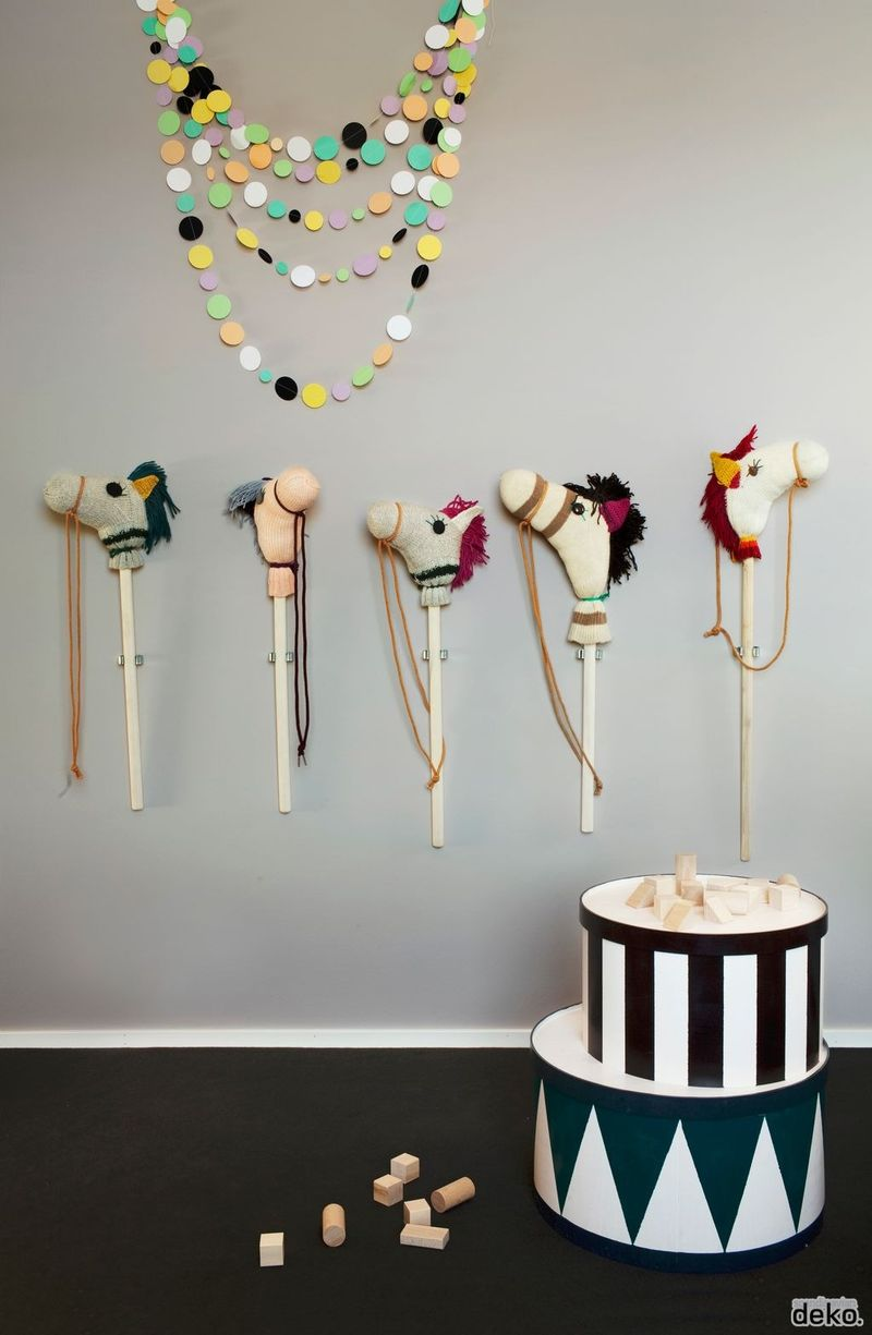 Stick horses in kid room - HabitatKid blog